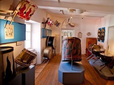 Ausstellungsraum mit Trommeln und Musikinstrumenten