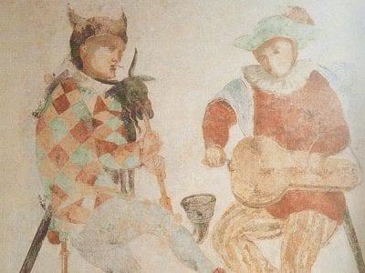 Zwei gemalte Figuren spielen Dudelsack und Drehleier