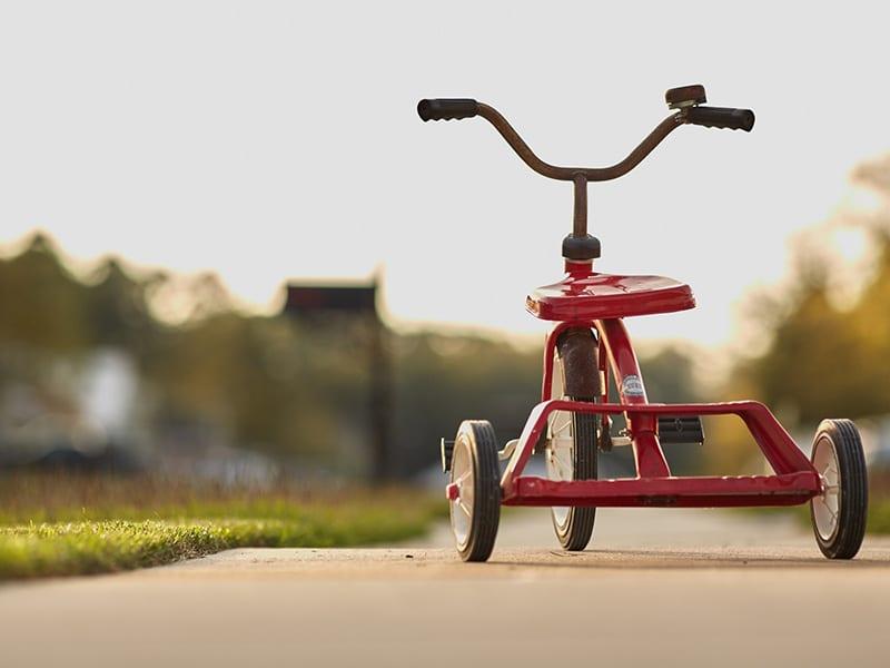 Ein Dreirad auf einer Straße
