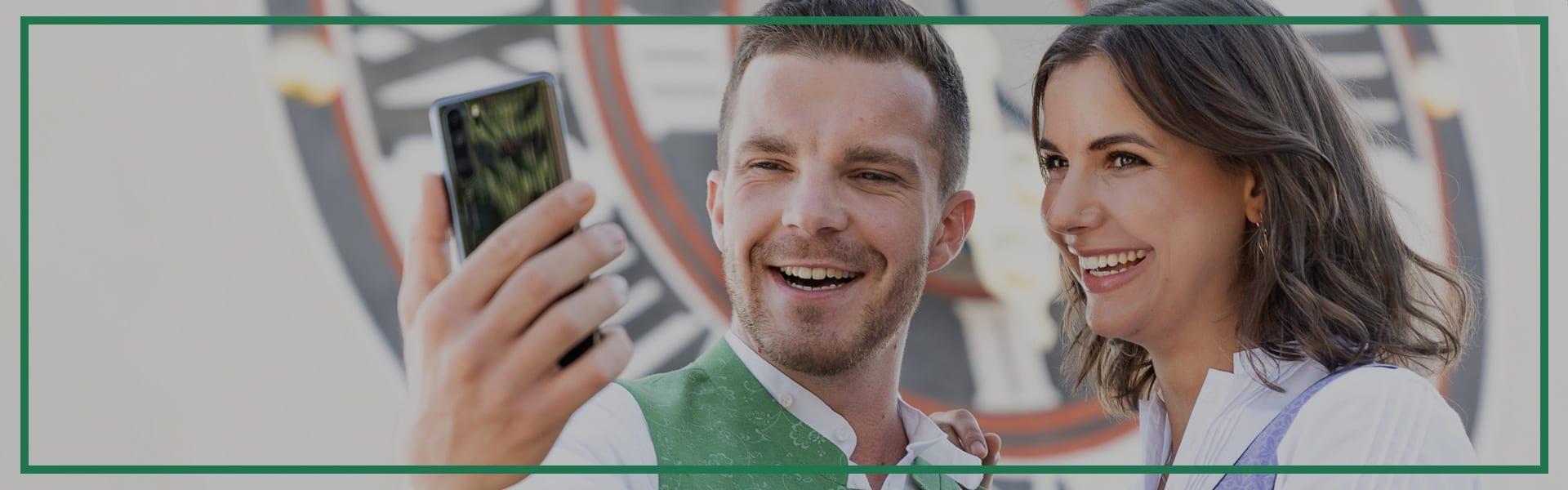 Ein Pärchen in steirischer Tracht macht ein Selfie